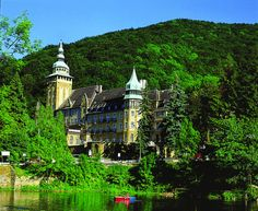 Located among the hills and on the shore of Lake Hámori in Lillafüred, Hunguest Hotel Palota is set in a neo-renaissance castle built in Destinations, Wonderful Places, Big Ben, Paris Skyline, Places To Visit, Castle, Journey, Culture, Adventure
