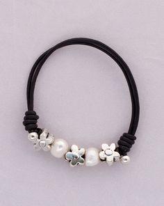 """""""Daisy"""" Pulsera, de cuero marrón oscura, con perlas y flores. Tiene la gargantilla a juego. Diseñado por Greenlily."""