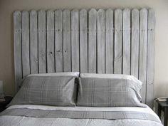 tête de lit originale en forme de clôture en bois gris et linge assorti