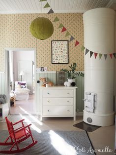 Koti asemalla: lastenhuone Hyasintti tapetti Sweet Home, Loft, Cottage, Kids Rugs, Bed, Inspiration, Furniture, Happy, Home Decor