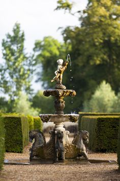 """Designer Creates A Relaxed Outdoor Retreat In the formal garden, hedges define """"rooms,"""" some with architectural features such as fountains.In the formal garden, hedges define """"rooms,"""" some with architectural features such as fountains. Landscaping With Fountains, Garden Fountains, Garden Statues, Fountain Garden, Garden Landscaping, Formal Gardens, Outdoor Gardens, Porches, Design Rustique"""