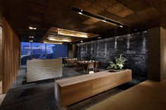 """At various places throughout the interior the skills of traditional artisans were employed to create spaces themed on """"trees"""" and """"earth"""", resulting in a modern Japanese-style space where a sense of genuine quality hangs in the air."""