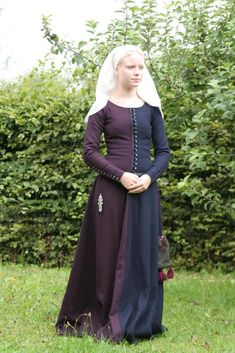 Maja Satz, 14th c Miparti dress, from Sysidan