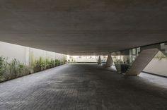 Vila Aspicuelta / Tacoa Arquitetos 저층부 필로티 디자인. 마치 왼쪽이 떠있는 것 같다. 벽에 구조를 숨겨도 재밌을듯. 아래 조경