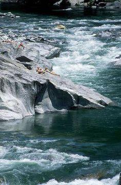 Menschen auf Felsen, Sonnen baden, Gebirgsfluß, Valle Maggia