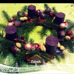 Csináld magad adventi koszorú Advent, Christmas Wreaths, Holiday Decor, Crafts, Home Decor, Manualidades, Decoration Home, Room Decor, Handmade Crafts