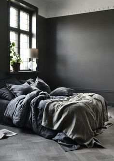 An inviting bed in a bedroom with darg grey walls. A perfect place to rest and relax. Best Bedding Sets, Luxury Bedding Sets, House Doctor, Bad Set, Grey Duvet, Where To Buy Bedding, Bed Linen Online, Grey Flooring, Black Walls