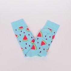 Памучни мъжки чорапи в светло син цвят и ефектна декорация - парченца диня. Весели и удобни чорапи с който ще разнообразите дните си