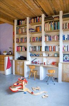 boekenkast op maat gecombineerd met buro en opbergkasten
