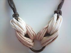 Inspiración para hacer collares de trapillo | El blog de trapillo.com Yarn Necklace, Fabric Necklace, Scarf Jewelry, Textile Jewelry, Fabric Jewelry, Crochet Necklace, Necklaces, Jewellery, Jewelry Crafts