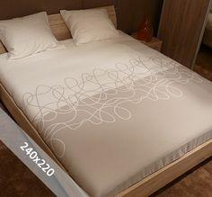 Sofiben dekbedovertrek 'Annebel'. Een lits-jumeaux (240x220 cm) dekbedovertrek van 100% katoen satijn, voorzien van een rits. Het dekbedovertrek heeft een basis in taupe en ecru en is voorzien van een sierlijk ontwerp.
