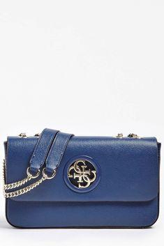 GUESS OPEN ROAD CROSSBODY HWVG7186210 je velice oblíbený typ crossbody kabelky této známé značky. Kabelka je v elegantní tmavě modré barvě s kovovými doplňky v jemně zlatém tónu. Kovové 4G logo značky GUESS je umístěno na přední straně. Versace, Shoulder Bag, Shoulder Bags