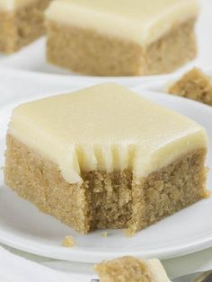 If you love banana bread but blondies as well, you must try this easy Banana Bread Blondies recipe. Banana Bread Blondies are delicious snack, lunchbox treat and the easiest and the tastiest dessert ever Mini Desserts, Banana Dessert Recipes, Brownie Desserts, Banana Bread Recipes, Brownie Recipes, Just Desserts, Cookie Recipes, Desserts With Bananas, Non Chocolate Desserts