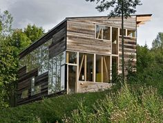 located in toten, norway this farm house by jarmund/vigsnaes arkitekter echoes the materials and design of an old barn. Nature Architecture, Architecture Design, Amazing Architecture, Bungalows, Modern Farmhouse Design, Modern Barn, Modern Rustic, Decoration Inspiration, Rustic Barn
