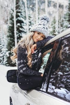 Snow Photography, Photography Poses Women, Portrait Photography Poses, Winter Fashion Outfits, Look Fashion, Kreative Portraits, Shotting Photo, Snow Pictures, Winter Senior Pictures