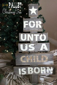 Easy Upcycled Pallet Christmas Tree ---> Click here for tutorial - love the glitter!