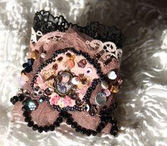 Bracelet manchette La voyageuse, noir, vieux rose, dentelle, tulle, perles brodées main