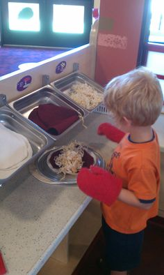 Pizza parlor dramatic play - could expand this to be restaurant play. Like the idea of using felt food for dramatic play. Preschool Centers, Preschool Classroom, In Kindergarten, Preschool Activities, Classroom Ideas, Dramatic Play Themes, Dramatic Play Area, Dramatic Play Centers, Play Corner