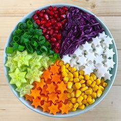 Eat the rainbow! had this colouful bowl of corn, carrots, cucumber, leak onion, pomegranate seeds and cabbage . Rainbow Salad, Rainbow Food, Eat The Rainbow, Healthy Snacks, Healthy Eating, Healthy Fruits, Vegan Recipes, Snack Recipes, Breakfast Recipes
