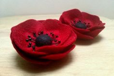 Felt brooch - red poppy / wool felt - 1 brooch  Listing is for 1 brooch  Size is about 7 cm  Suitable for older girls and adults. Flower is packed in
