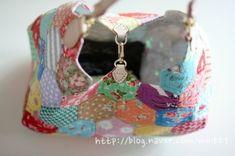 퀼트 / 손바느질 / 퀼트가방 / 핸드메이드 ] 알록달록 76조각 가방~~~ : 네이버 블로그 Washer Necklace, Diy And Crafts, Crochet Earrings, Baby Shoes, Coin Purse, Patches, Handbags, Quilts, Tote Bag