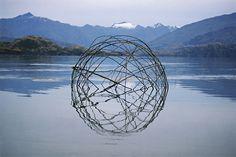 Des Sculptures Land Art évoquent les Cycles de la Nature Pendant plus de 20 ans l'artiste land art et photographe Martin Hill a réalisé des sculptures temporaires de glace, de pierre et de matériaux organiques qui reflètent le système cyclique de la nature