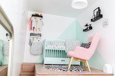 la chambre de notre petite fille, une chambre bébé noir blanc et mint avec son lit mint, son fauteuil et sa table à langer charlie crane
