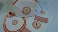 Toalha de banho com capuz, babador e jogo de fraldas com aplicação feita à mão de leão