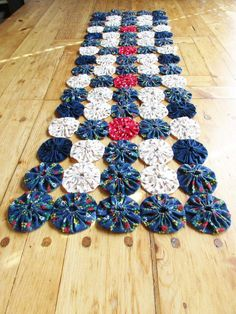 A Hand-made, Vintage 'Spool Pattern' Table Runner - Reds, White and Blues - Spool/Bobbin Patterns - Navy Blue, Red and Off-White - Country Log Cabin Quilt Pattern, Quilt Block Patterns, Amish, Yo Yo Quilt, Wood Spool, Christmas Crafts To Make, Jacob's Ladder, Color Turquesa, Quilting Designs