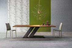 """…und doch standhaft und prägnant ist der """"Tisch TL"""" von BONALDO – ein Blickfang in jedem Raum. Der Name ist kein Zufall: Die Tischplatte und das zweigeteilte Tischbein bilden zusammen die Buchstaben T und L. Das Tischbein aus Metall ist lackiert (in Weiß oder mattem Anhrazitgrau) oder in Kupfer-, Messing- oder Beizoptik erhältlich, während die Tischplatte aus Holz oder Glas auch in einer ausziehbarer Variante zur Verfügung..."""