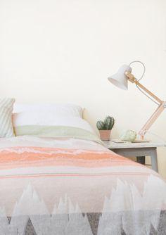 Kijk, en zo fluf je de hele slaapkamer op met behulp van één deken. 145x165 cm € 310,- mae-engelgeer.nl