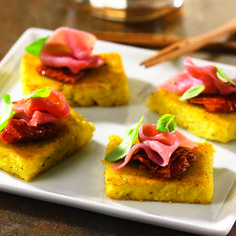 Toasts de Polenta au pesto et jambon de Parme