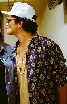 Bruno a smoochin'...