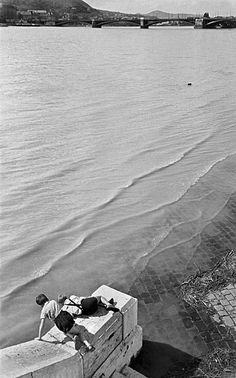 Two boys watching the water flowing away from the Margaret Bridge, 1930 by Lajos Kozák History Of Photography, Street Photography, Lyon, Old Pictures, Old Photos, Dover Beach, Boys Watches, Art Corner, Sports Photos