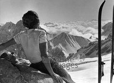 Berglandschaften: Das Zugspitzplatt ullstein bild - Wolff & Tritschl/Timeline Images #Zugspitze #Alpen #black #white #schwarz #weiß #Fotografie #photography #historisch #historical #traditional #traditionell #retro #nostalgic #Nostalgie #Himmel #Horizont #Aussicht #Ausblick #Ausguck #Wolken #Berge #mountains #Frau #schneebedeckt #Schnee #Alpenpanorama #Winter