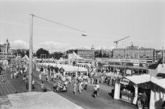 Marknadstält och folkvimmel norrut längs Skeppsbron och Strömbron norrut under Vattenfestivalen 1996