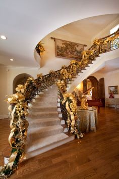 Christmas interior traditional staircase decorated with a fern garland, gold ribbon, and numerous gold accents and gold Christmas tree ornaments. Christmas Stairs Decorations, Christmas Themes, Holiday Decor, Classy Christmas, Magical Christmas, Natural Christmas, Christmas Holiday, Christmas Design, Christmas Houses