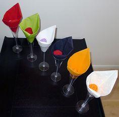 Pliage de serviette de table en forme de fleur en forme d'arome, réaliser lotus avec une serviette en papier , l'art du pliage de serviettes de table, decoration de table, recettes de cuisine et traditions en Europe. Information et Tourisme Européen.