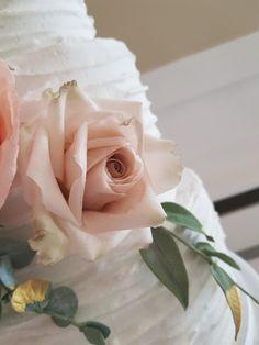 Sugar quicksand roses - The Snowdrop Cakery