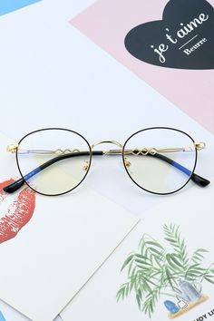 60076 Black and Gold – Glasses For Your Face Shape Hipster Glasses, Cute Glasses, New Glasses, Girls With Glasses, Glasses Frames, Girl Glasses, Drawing Face Shapes, Hipster Girl Outfits, Girl Faces