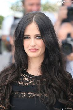 PHOTOS - Eva Green - Photocall du film The Salvation lors du festival… Black Curly Hair, Dark Hair, Actress Eva Green, Cool Winter, Brown Hair With Highlights, French Actress, Green Hair, Mode Style, Curly Hair Styles