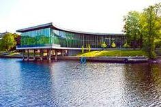 Halmstads Stadsbibliotek från 2006 ligger centralt på pålar ut över Nissans östra strand.
