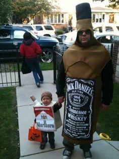 Vorbildfunktion des Vaters? Nein Danke! Er verkleidet sich lieber als Jack Daniels Flasche und nimmt seinen kleinen Sohn als Unterstützung mit. Und dieser Sohn trägt eine Malboro Zigarettenschachtel als Kostüm, haha. | unfassbar.es