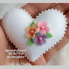 Best 11 Felt Heart Brooch / Springtime Pin by Beedeebabee on Etsy – SkillOfKing. Felt Crafts Diy, Sewing Crafts, Sewing Toys, Sewing Projects, Felt Flowers, Fabric Flowers, Felt Keychain, Fabric Hearts, Felt Embroidery