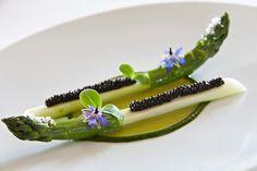 Asperges au caviar au Château Cordeillan-Bages, Pauillac, France.