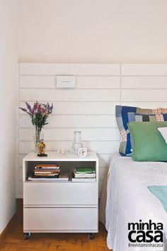<span>A cabeceira da cama (2,75 x 1,10 m) tem uma leve inclinação, ideal na hora da leitura. Feita de MDF com acabamento branco, embutiu a fiação elétrica, o que evitou rasgos na parede. Com os criados-mudos (Emiliano). Projeto do arquiteto Douglas Honma.</span>