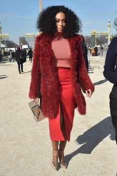 Die kleine Schwester von Beyoncé is on fire: Solange Knowles versetzte auf dem Weg zur Carven Herbst/Winter Show der Paris Fashion Week mit ihrem roten Komplett-Look alle in Staunen. Dafür paarte sie einen gestreiften Strick-Rolli mit einem wadenlangen, hochgeschlitzten Pencil Skirt und setzte dem Ganzen mit dem feuerroten Fellmantel die flammende Krone auf. Nudefarbene Accessoires wie Box Blutch und geschnürte Pumps von Malone Souliers runden den Look zum wilden Afro ab.