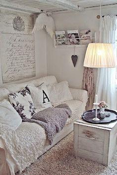 Weiße, abgenutze Möbel, pastellfarbene Deko und Omas Porzellan: Der Shabby-Chic-Look ist Nostalgie pur! Wir verraten euch, wie ihr…