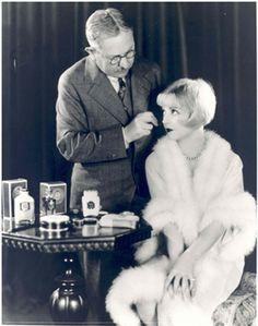 El sr. Max factor maquillando a una modelo