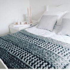 平編み×ボーダー編みなど異なる編み方のものを繋げた、ニュアンスのあるベッドカバーも素敵ですね!